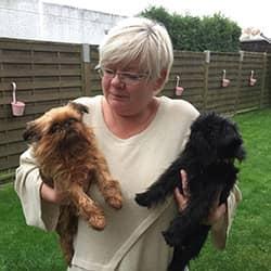 Andrea Boehnke mit ihren zwei Hunden welche in der mobilen Tierheilpraxis MY BEST FRIEND behandelt wurden