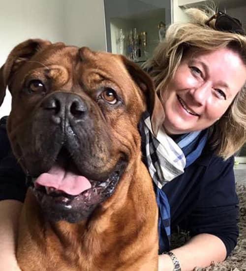 Katharina von der mobilen Tierheilpraxis MY BEST FRIEND mit einem glücklichen Patienten.
