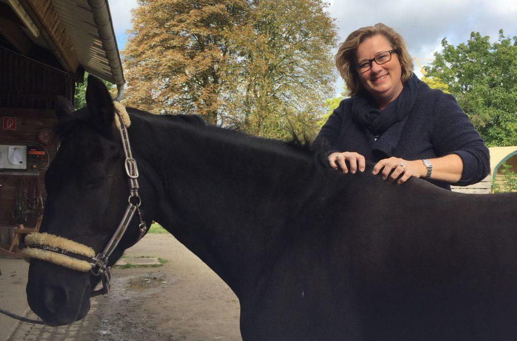 Katharina von der mobilen Praxis für Tierheilkunde MY BEST FRIEND mit einem ihrer Patienten, einem Pferd