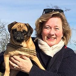 Katharina von der mobilen Tierheilpraxis MY BEST FRIEND mit süßem Mops auf dem Arm